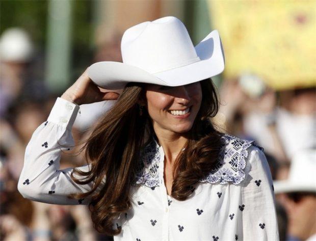 Модные головные уборы весна лето 2018: ковбойская шляпа белая