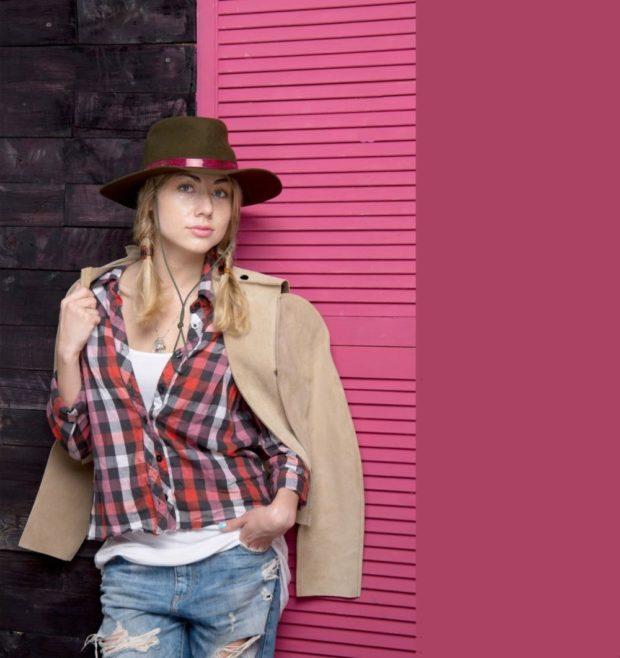 головные уборы на лето 2019: ковбойская шляпа коричневая с розовой полоской