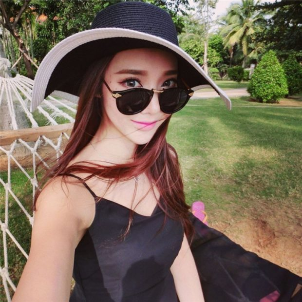 Модные головные уборы весна лето 2018: шляпа с полями черная с белым кантом