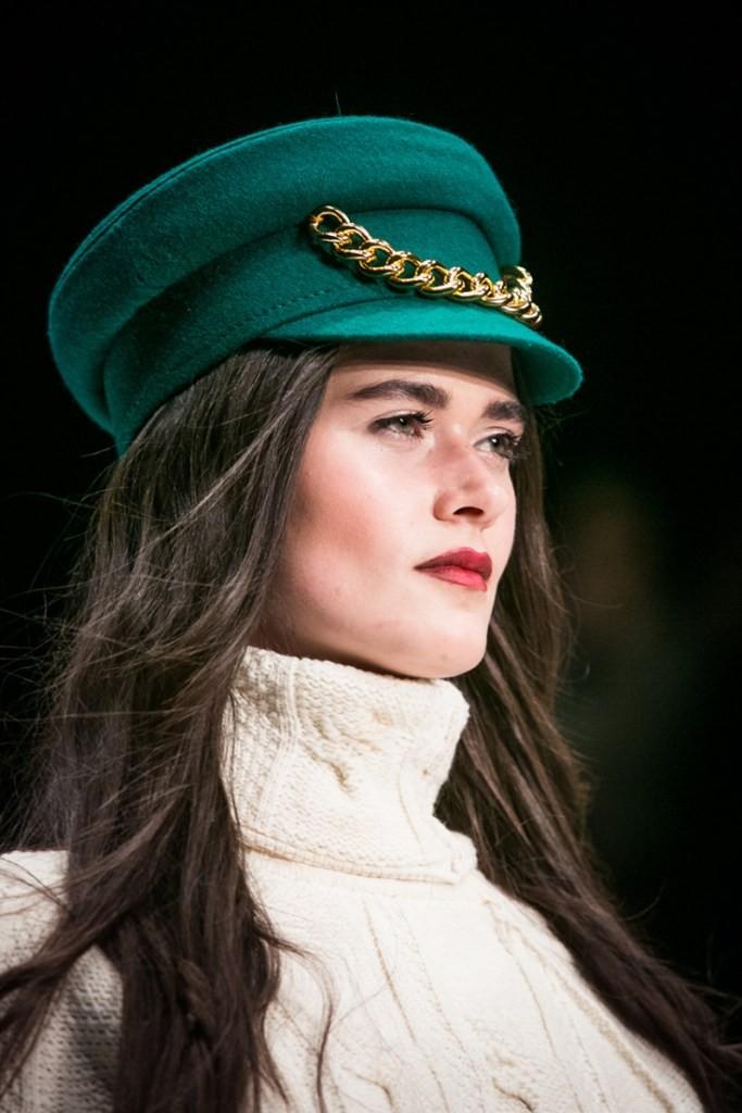 Модные головные уборы весна лето 2018: фуражка зеленая золотой декор цепь