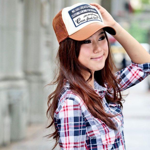 головные уборы на лето для женщин 2018: бейсболка коричневая с белым с надписью