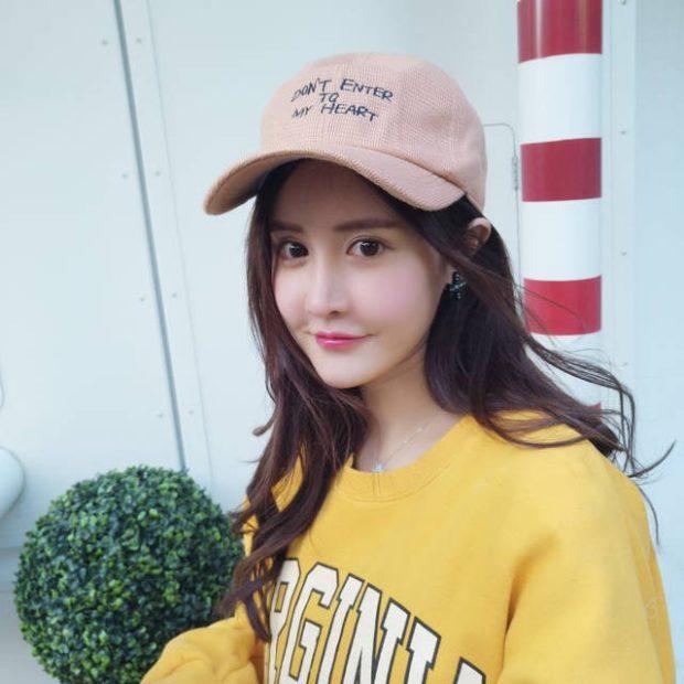 головные уборы на лето для женщин 2018: бейсболка коричневая с надписями