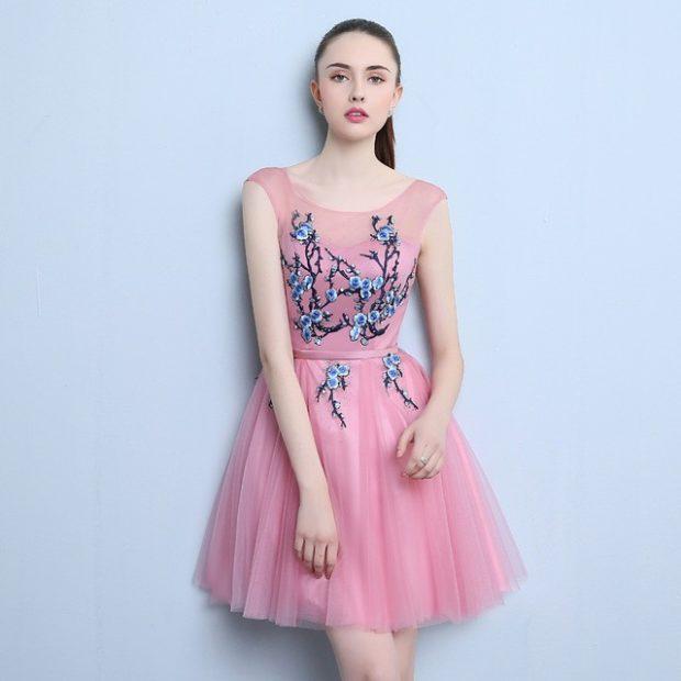 Модные образы весна 2018 на каждый день: платье с вышивкой,розового цвета