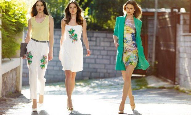 Модные образы лето 2020: платье с весенним принтом белое