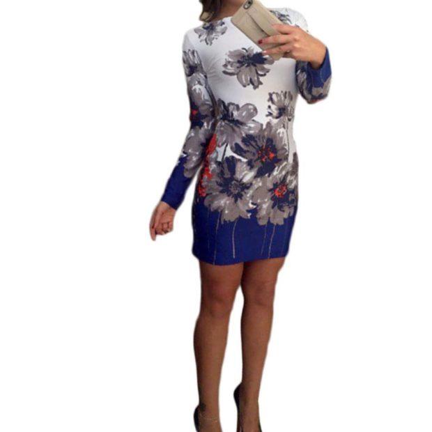 Модные образы лето 2020: платье с весенним принтом бело-синее