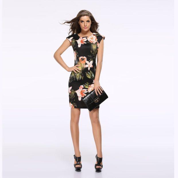 Модные образы лето 2020: платье с весенним принтом черное