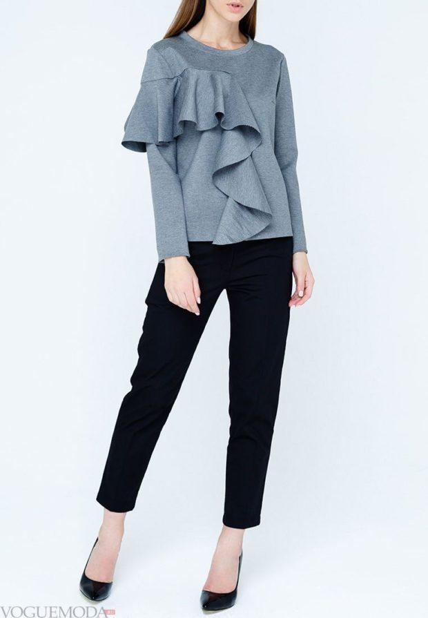модные образы весна лето 2020: серый свитер и черные брюки