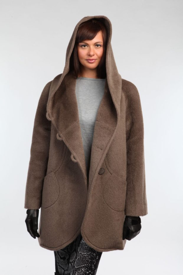 Модные образы весна 2020: пальто с капюшоном коричневое