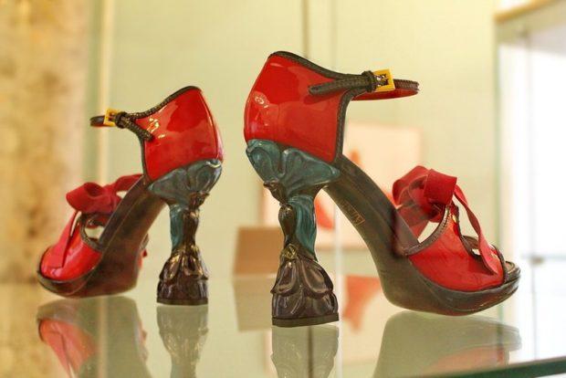 Модные туфли 2018-2019 фото: оригинальный каблук красные