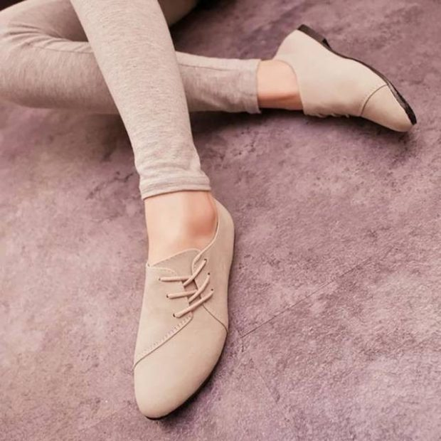 Модные туфли 2018-2019 фото: балетки светлые со шнурком
