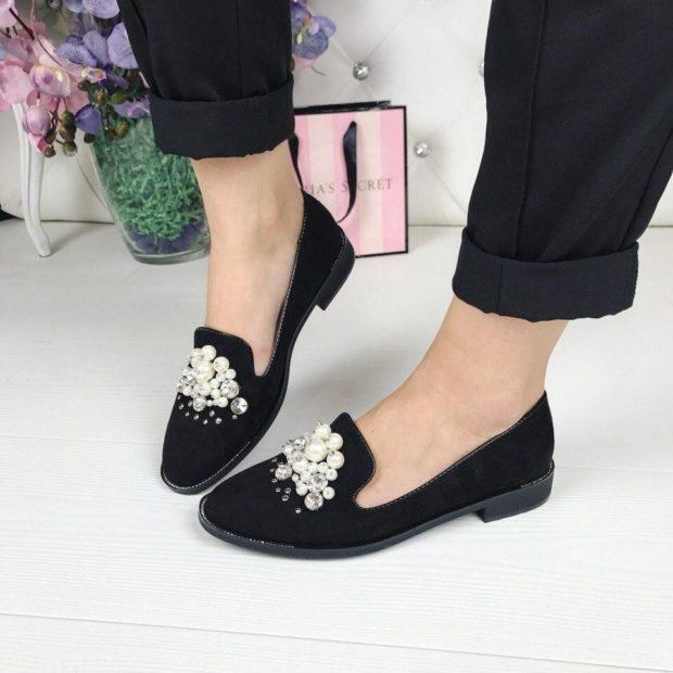 Модные туфли 2018-2019 фото: лоферы черные в камни