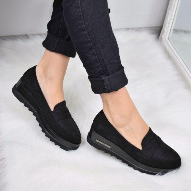Модные туфли 2018-2019 фото: лоферы черные с тракторной подошвой