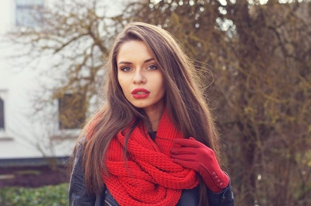 модный шарф 2018 2019: шарф алый вязаный