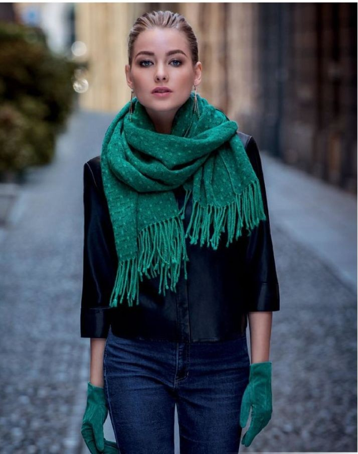 модный шарф 2018: зеленый шарф с бохромой