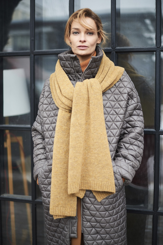 модный шарф 2018: бежевый шарф длинный