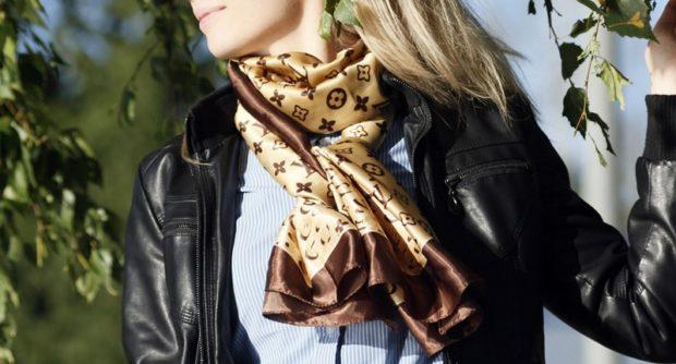 модный шарф 2018 2019: атласный шарф коричневый
