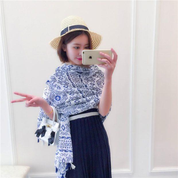 модный шарф 2018 2019: с бахромой белый с голубым принтом