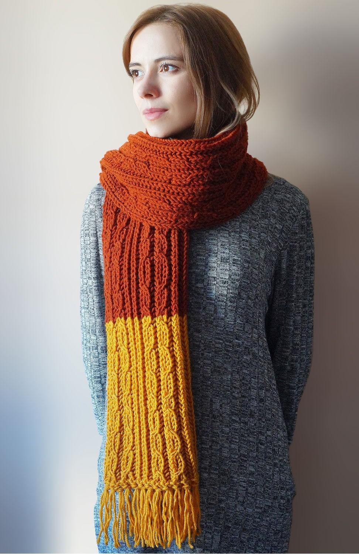 модный шарф 2018 2019: с бахромой желтый с коричневым вязаный