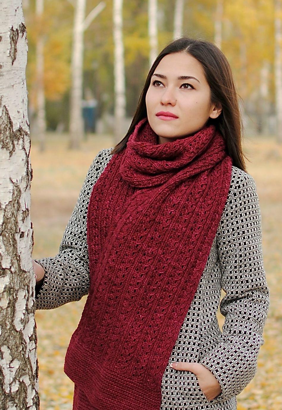 модный шарф 2018 2019: бордовый вязаный шарф широкий
