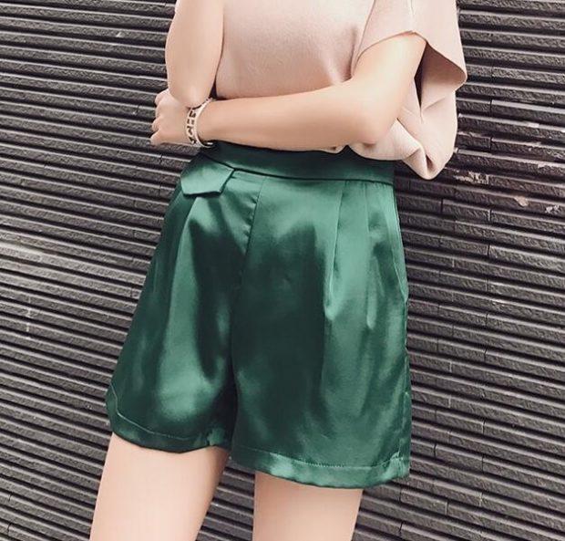 Модные шорты 2019-2020: зеленые атласные высокая талия