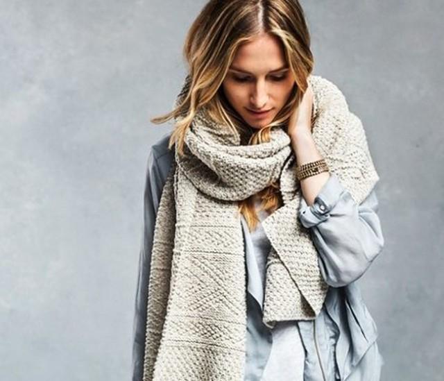 как носить палантин: светлый намотанный как шарф на куртку