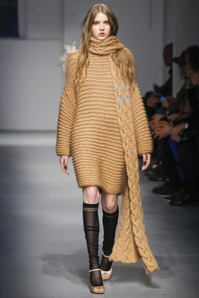 платья 2018 года: вязанное коричневое выше колена