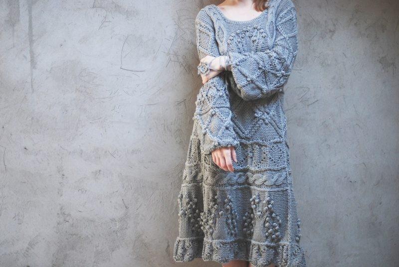 платья 2018 года: вязанное серое крупная вязка
