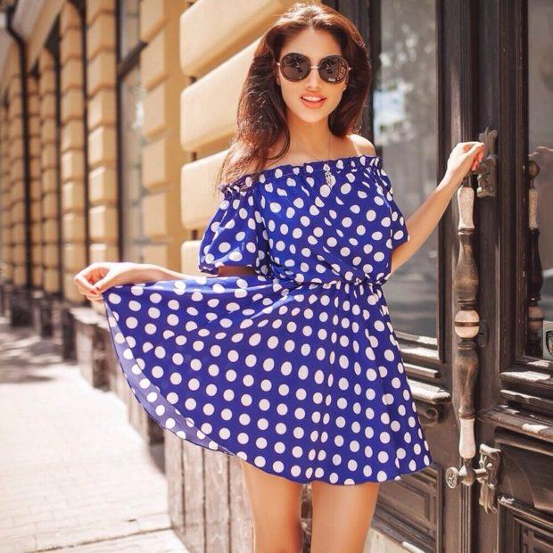 платья 2018: беби долл открытые плечи синее в горох