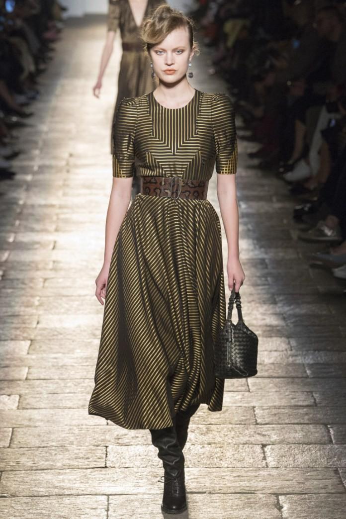 платья 2018 года модные тенденции фото: зеленое длинное рукав короткий