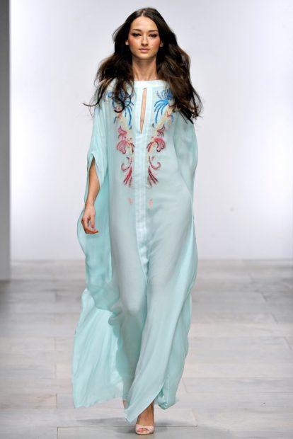 стильные платья 2018: легкое голубое с узором