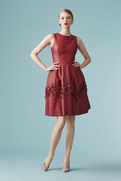 платья на выпускной 2018 2019 фото 9 класс: красное без рукава по колено