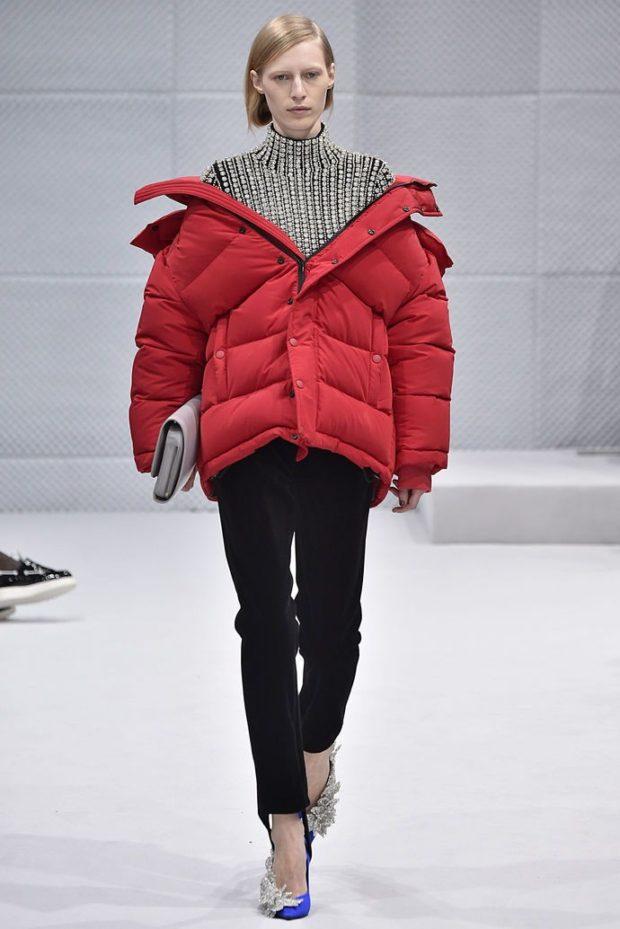 с чем носить пуховик: красный большой оверсайз