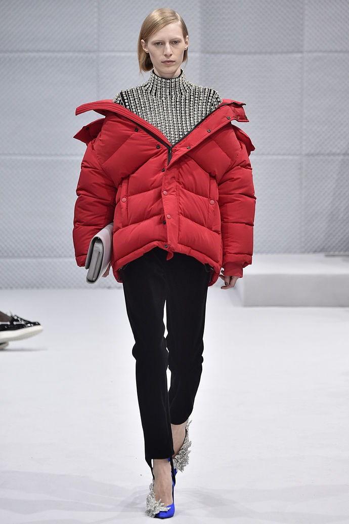 Пуховики с чем носить: красный пуховик большой оверсайз