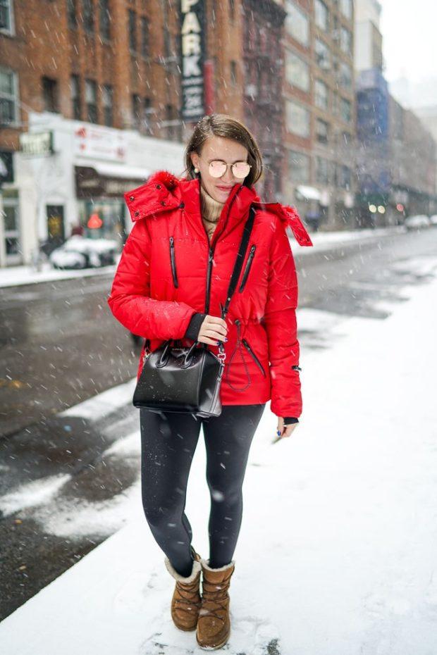с чем носить пуховик: куртка красная короткая