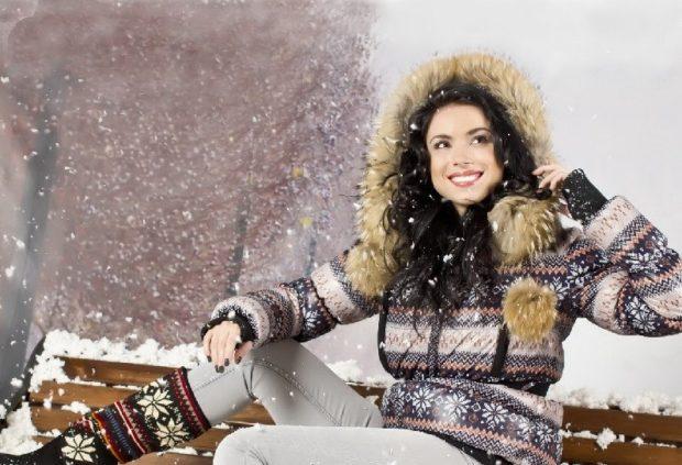 Пуховики с чем носить: пуховик в зимний рисунок с мехом короткий