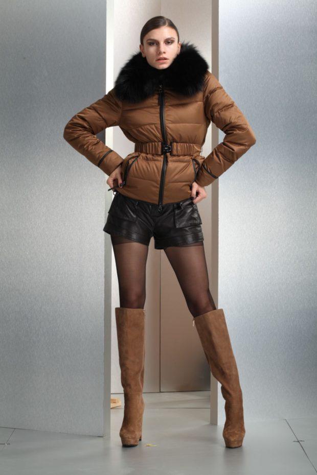 с чем носят пуховик: короткий коричневый под шорты кожаные