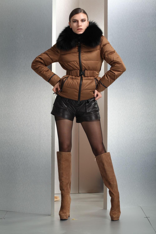 Пуховики с чем носить: короткий коричневый под шорты кожаные