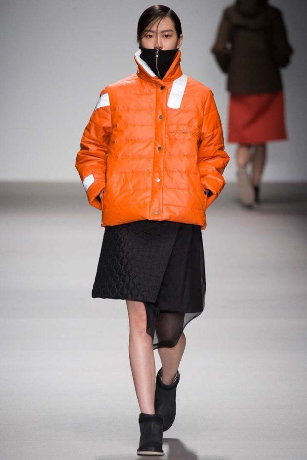 с чем носят пуховик: короткий оранжевый под юбку черную с шифоном