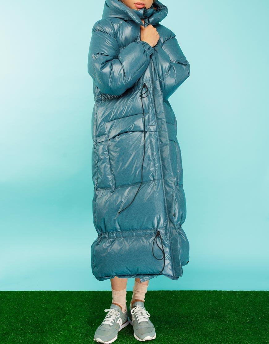 Пуховики с чем носить: длинный синий под юбку