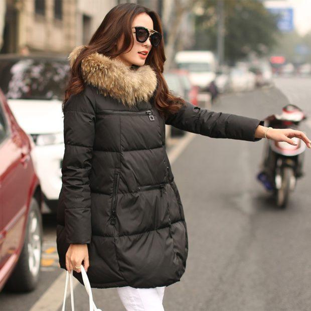 Пуховики с чем носить: короткий черный  мехом под брюи белые