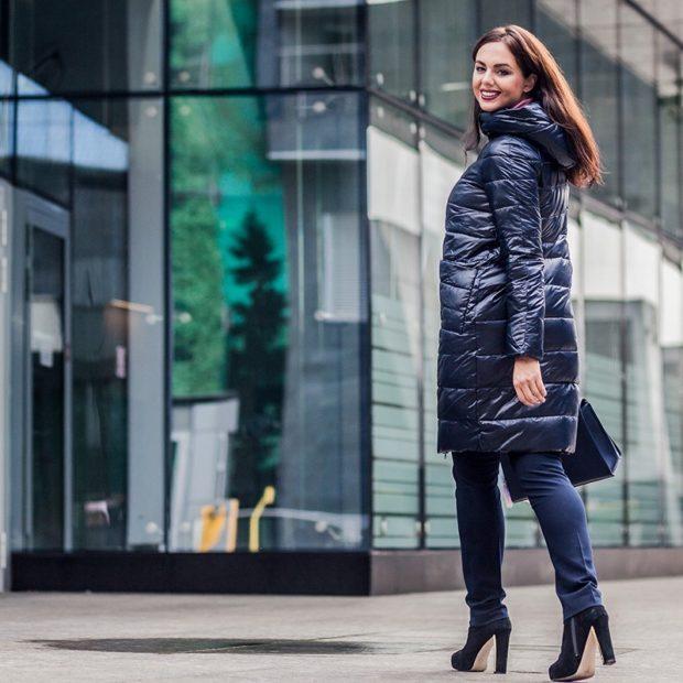 С чем носить пуховик до колена: под джинсы и каблук