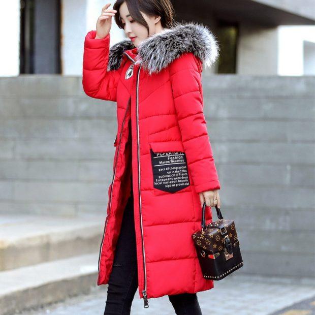с чем носить пуховик по колено: красный под черные штаны и оригинальную сумочку