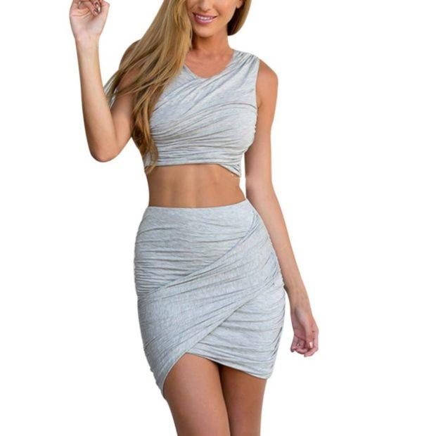 с чем носить серую юбку: короткая род топ в тон