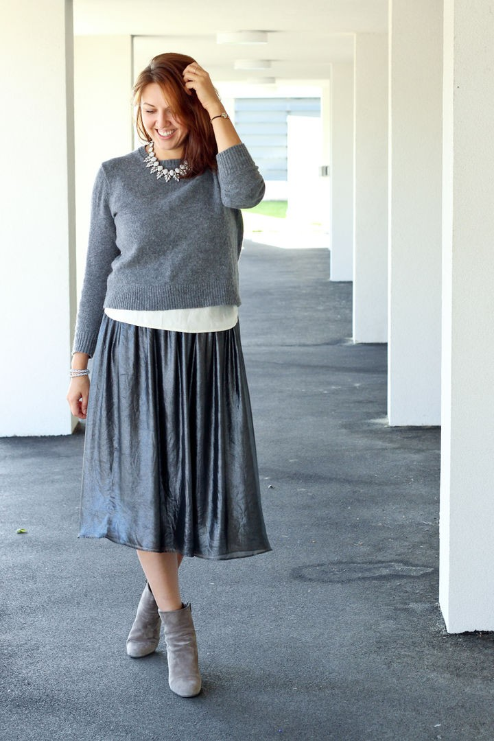 с чем носить серую юбку: широка миди под кофту в тон