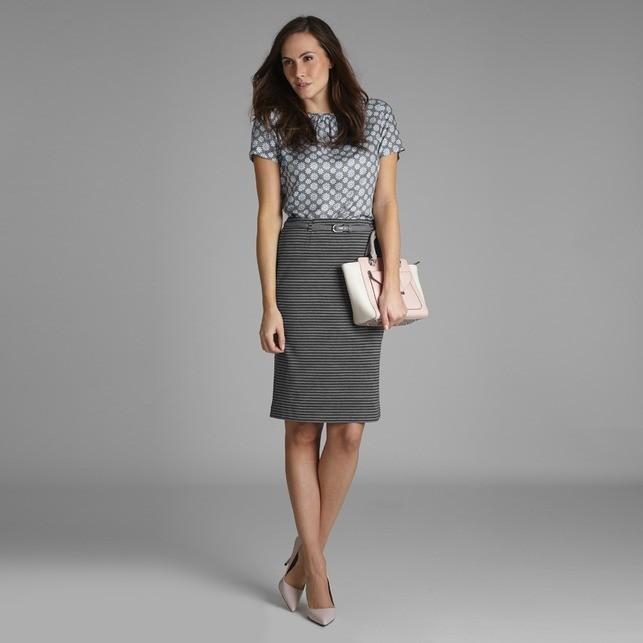 с чем носить серую юбку: классическая под блузку в принт