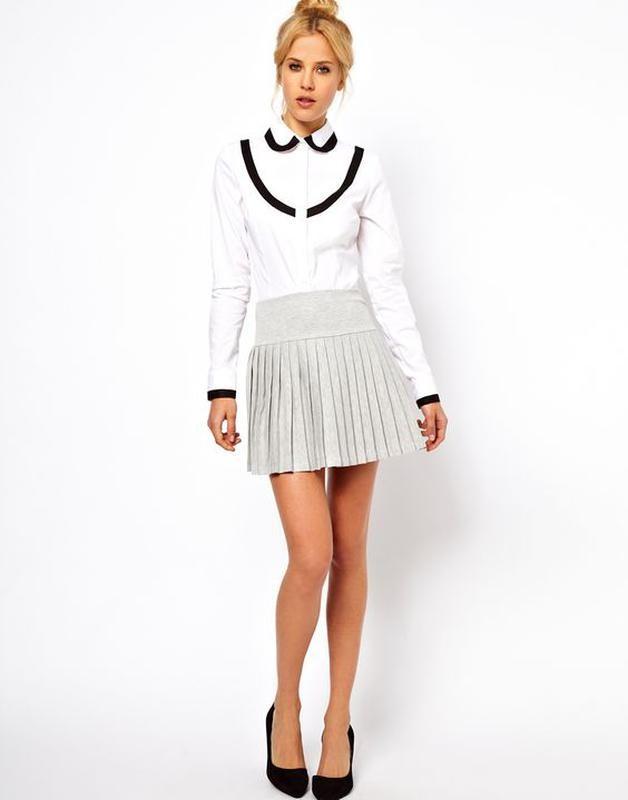 с чем носить серую юбку: короткая в складку белая блузка
