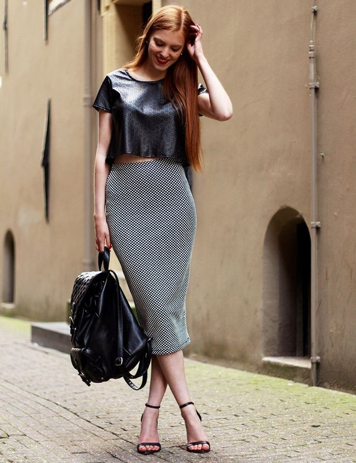 серая юбка с чем носить: юбка карандаш под кожаную блузку