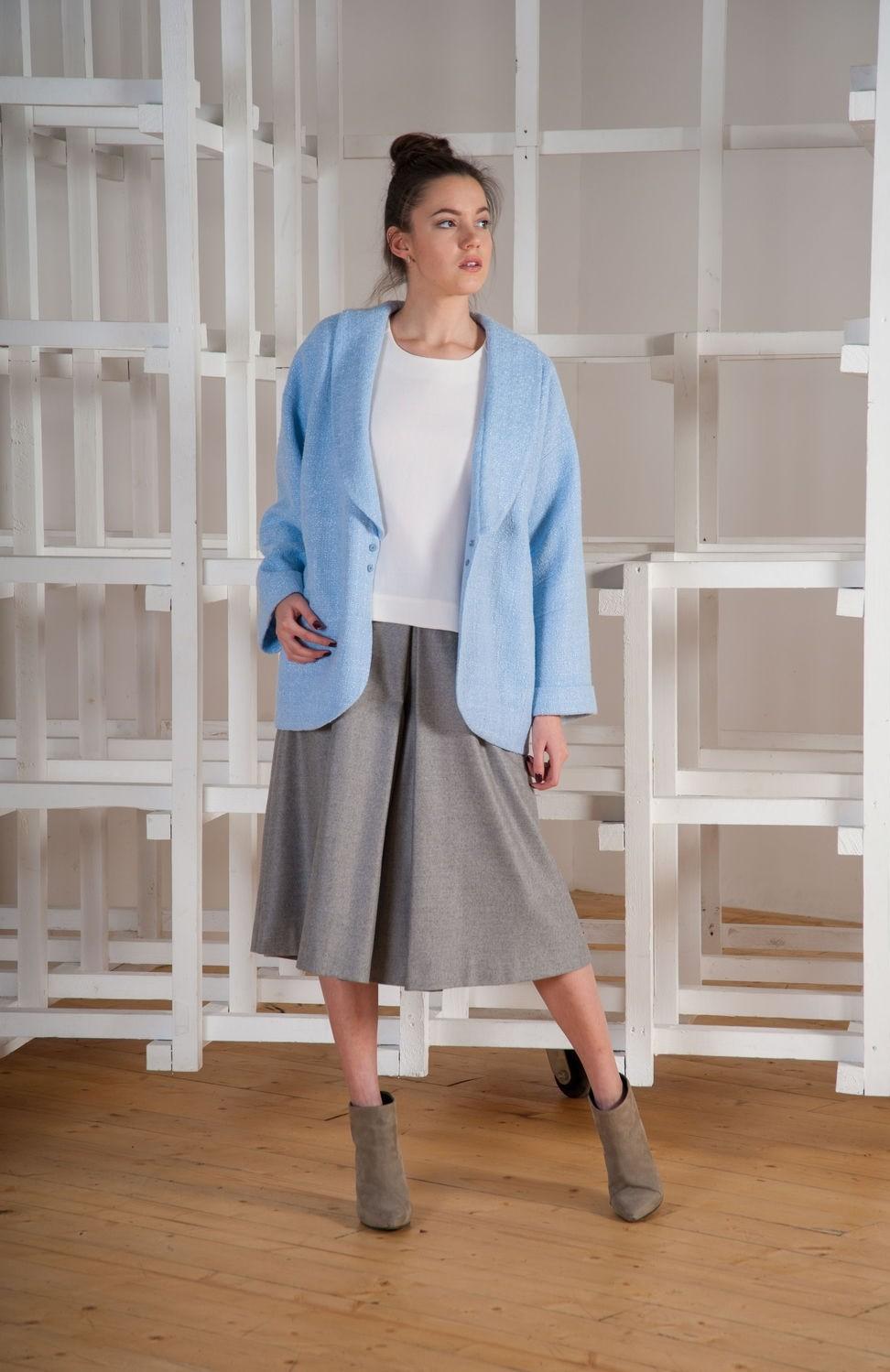 с чем носить серую юбку: юбка шорты серая по колено под синий жакет