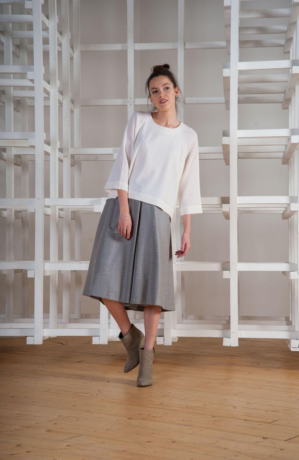 с чем носить серую юбку: шорты по колено кофта белая