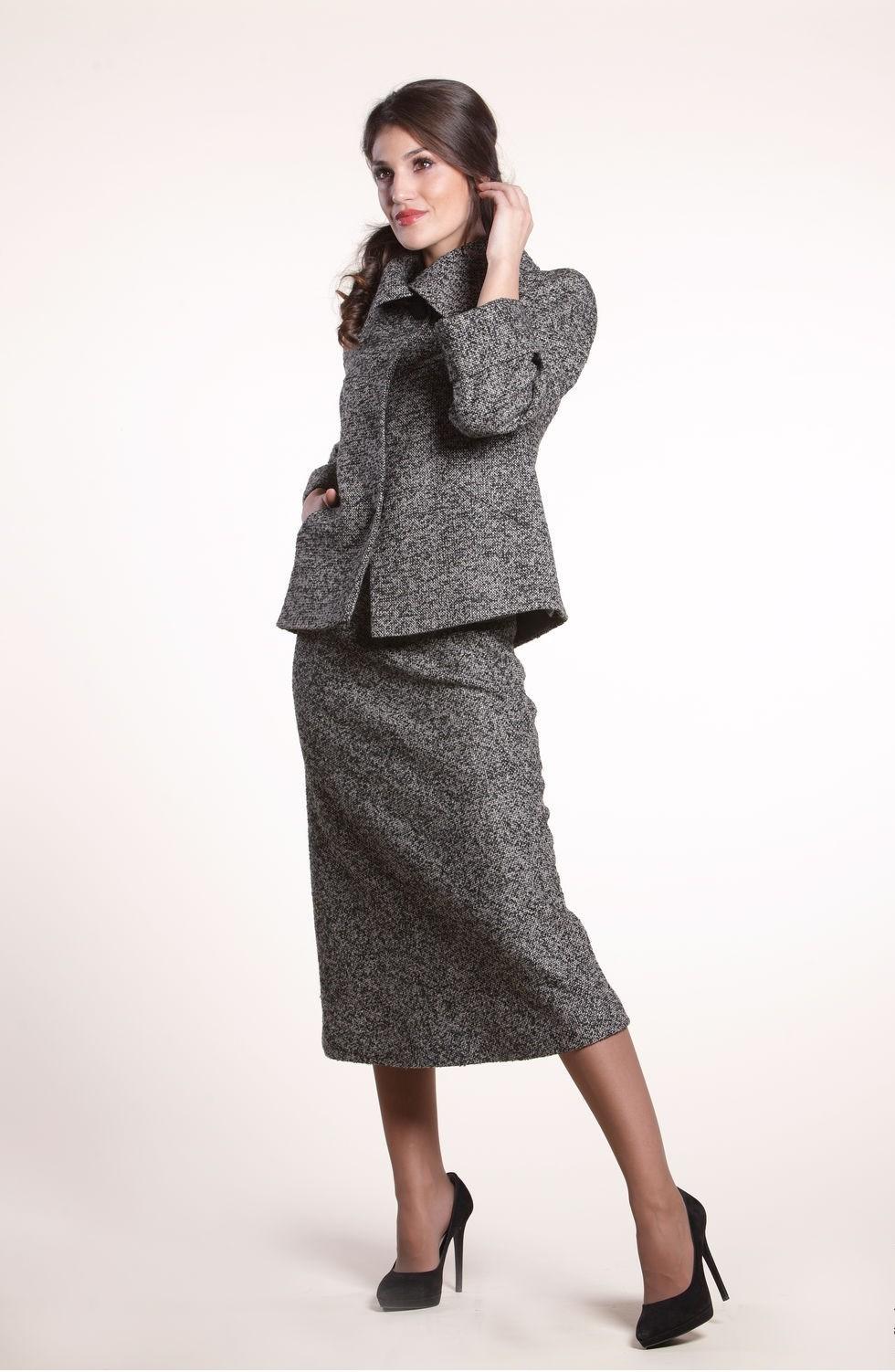 с чем носить серую юбку: шерстяная под пиджак в тон
